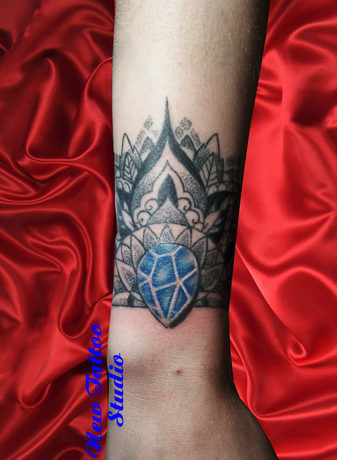Jewel tattoo tatouage poignet mandala new tattoo studio - Tatouage poignet mandala ...